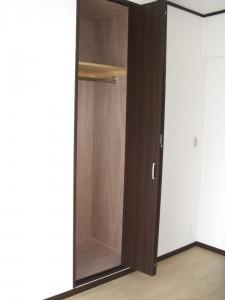 トーア辰巳マンション 洋室(約5.6帖)クローゼット