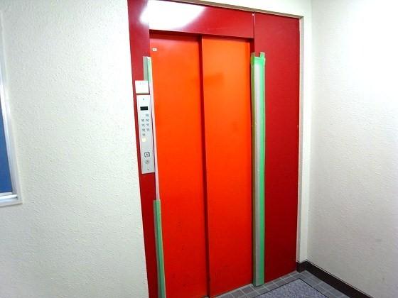 トマト色のエレベーター。(色 ...